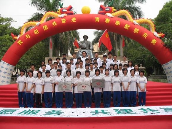 """东方明珠学校接过了志愿服务站牌、""""投身志愿服务 共建共享高清图片"""