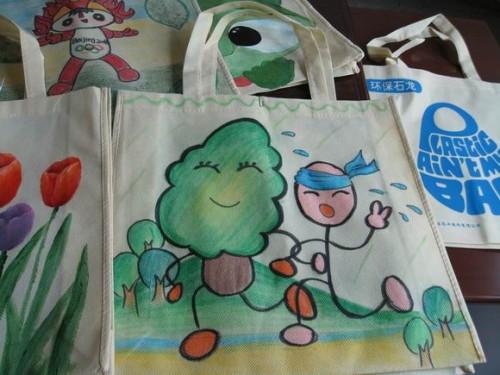 """东莞市石龙""""畅想环保""""少儿手绘环保袋活动在进行中"""