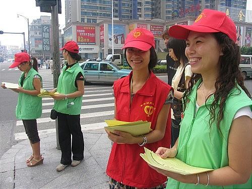 """东莞市常平镇志愿者开展""""增强群众交通意识,共建和谐社会""""志愿活动"""