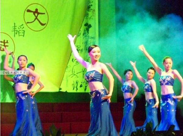 文学院舞蹈队的傣族舞《碧波孔雀》