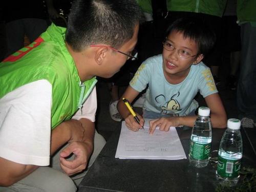 小学生填写报名表