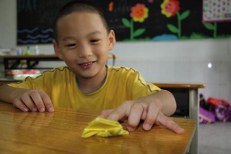 了各种小动物的折法,期间小学生们认真地观看和听讲了整个折纸的过程