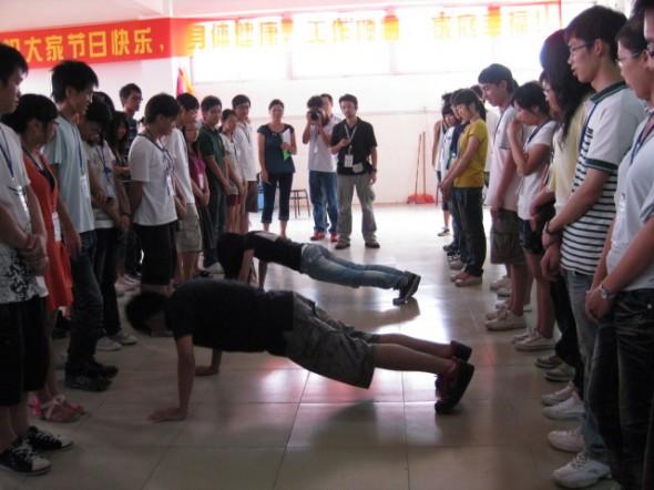 茶山:大学生参与拓展实践活动 培养团队精神图片