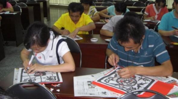 剪纸 中国/剪纸是中国最为流行的民间艺术之一,深受大众喜爱。