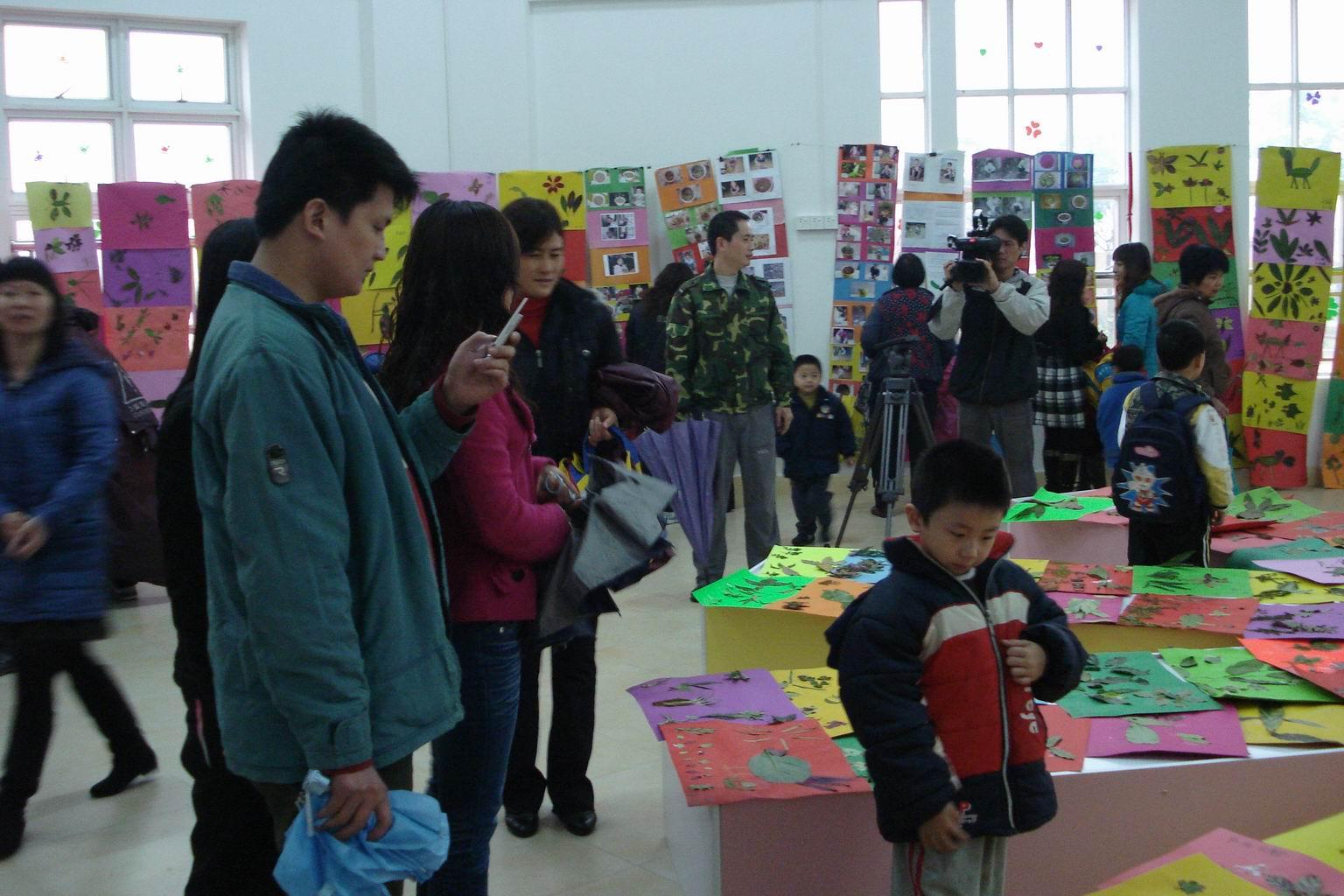 洪梅镇中心幼儿园举行树叶贴画制作活动;;