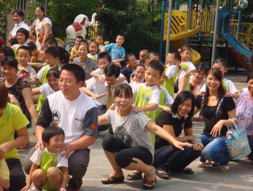 为期三天的家长会与于2010年9月29日圆满地划上句号.本次家长会结合新阳光幼儿园是绿色幼儿园称号,发扬一贯环境教育,从娃娃抓好的理念,特意在中秋节后回收大量的月饼盒进行家长会活动.整个活动分两大部分:一、集中大堂进行级部会议;二、到操场进行亲子游戏活动。