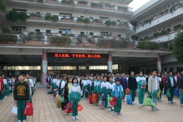 黄江:镇中心小学为贫困山区儿童捐赠衣物