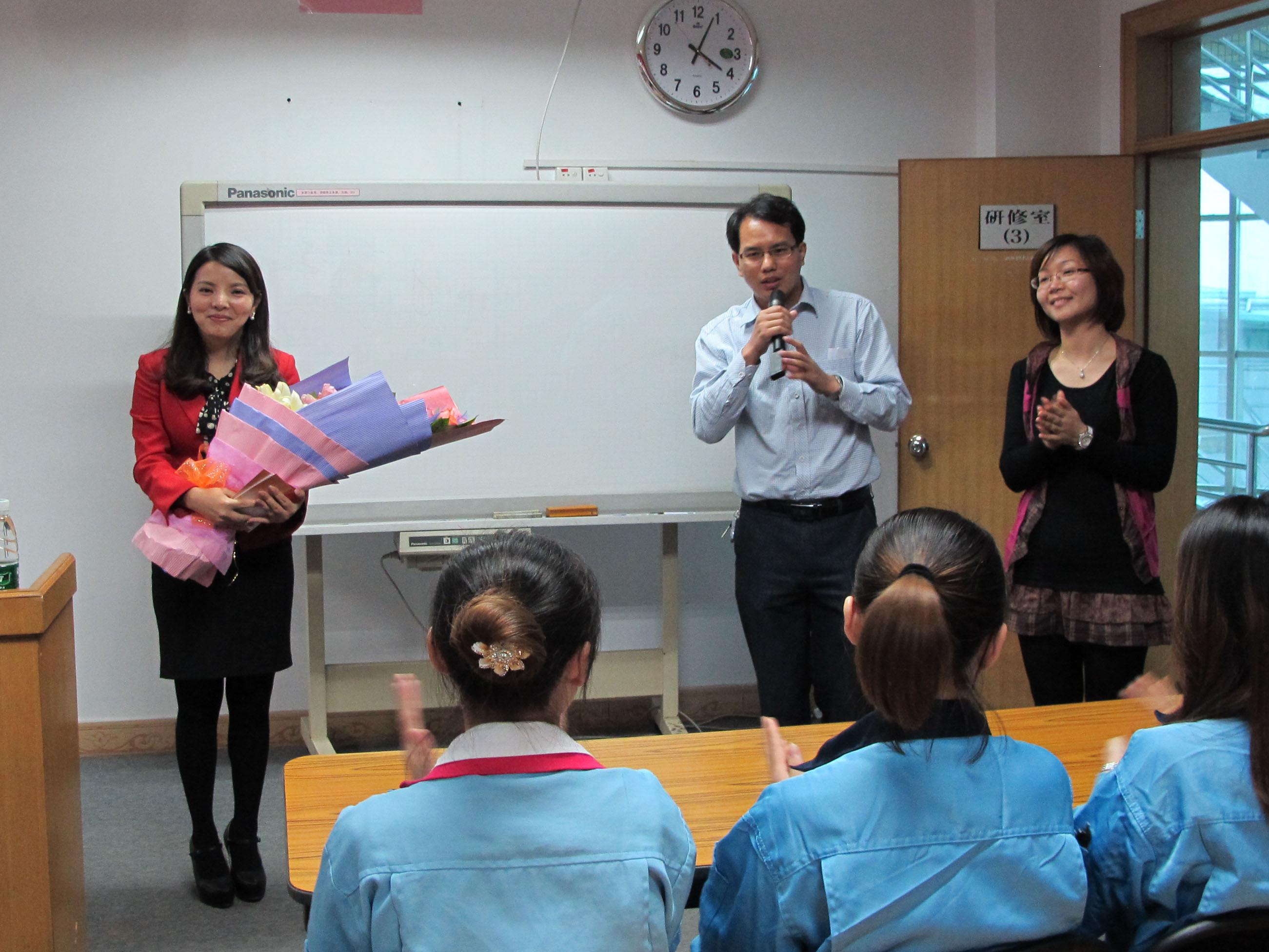 """讲座结束后,""""粉丝们""""都争相与叶纯老师合照签名留念,并表示自己图片"""