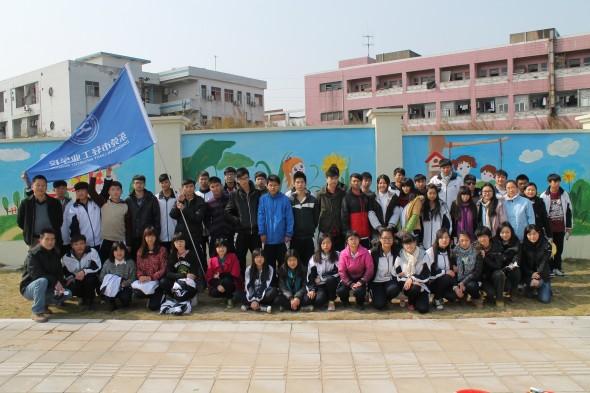 """放飞中国梦""""主题公益志愿者墙绘"""